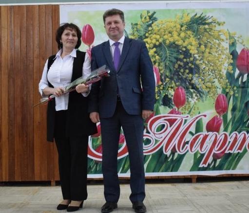 Глава администрации Камышина Станислав Зинченко вручил женщинам-бюджетницам  письма счастья и бонус - запечатлеться в паре с собой