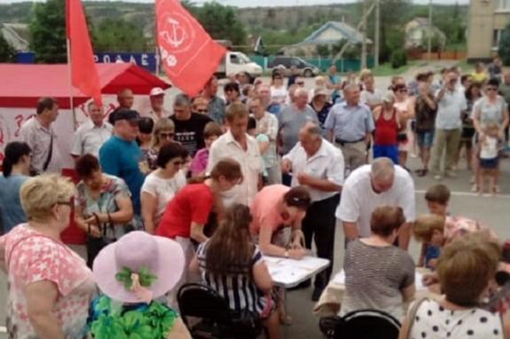 Калачевцы в Волгоградской области собрались на митинг протеста и потребовали самороспуска от Областной думы за поддержку пенсионной реформы