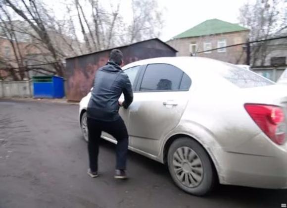 Сбежавший злоумышленник ударил пенсионера ипохитил его машину под Волгоградом