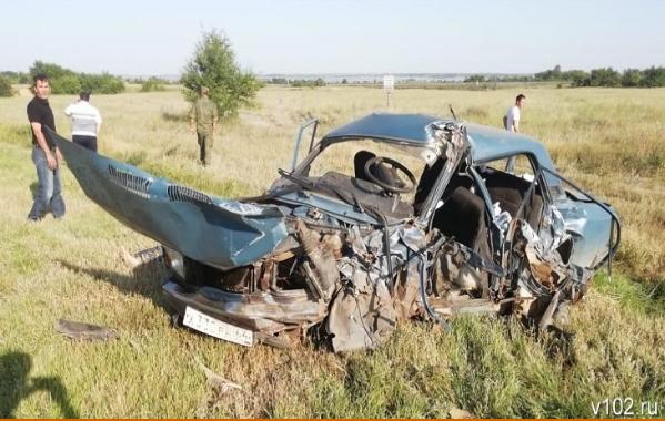 В страшном лобовом столкновении в Калачевском районе погибли супруги и пострадали их дочь и внук