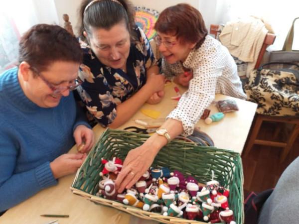 Умельцы Семейного центра мастерства и ремесел при Никольском соборе Камышина сшили 58 кукол для рождественских подарков