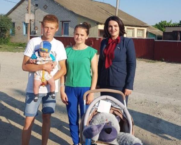 Депутат камышан в Госдуме Анна Кувычко подарила коляску юной паре из села Куланинка Камышинского района