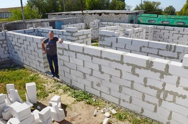 На ферме Андрея Липпардта в Камышинском районе поднимается дом животноводов