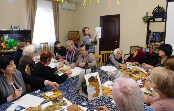 Волонтеры Никольского собора в Камышине провели для пожилых прихожан киновечер ко Дню матери