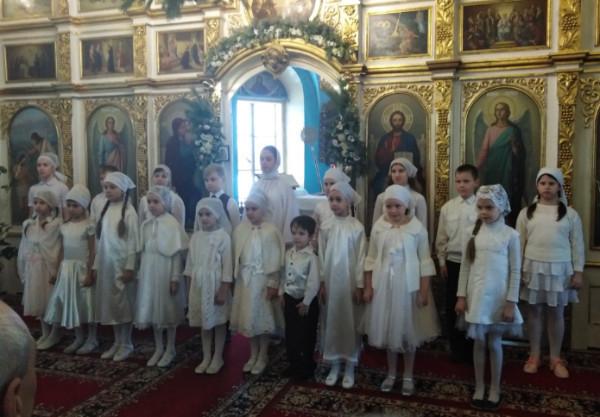 В Никольском соборе Камышина перед алтарем Рождественские песнопения исполнил детский хор