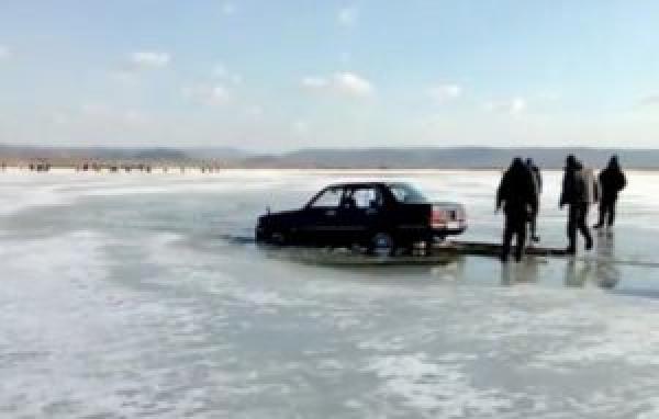 Службы МЧС запрещают выезжать на автомобилях на лед, а в соцсетях идут дискуссии, где проехать по Волге на машине лучше