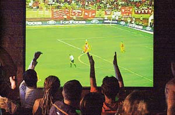 В Камышине коммерческие фирмы специально закупили большие мониторы, чтобы коллективно смотреть трансляции с ЧМ по футболу