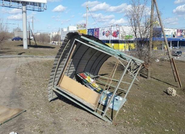 Сильный ветер сносит остановки в Волгограде