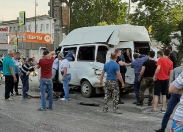 КамАЗ с отказавшими тормозами протаранил маршрутку: 16 пассажиров пострадали, - «Блокнот Волгограда»