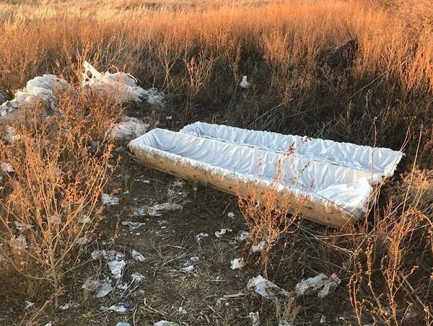 На Камышинской трассе валяются пустые гробы