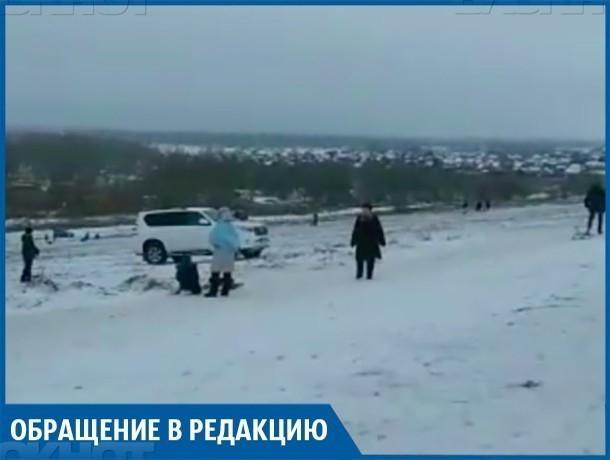 Водитель джипа в Волжском проехал чуть ли не по головам людей, утверждая свою крутизну