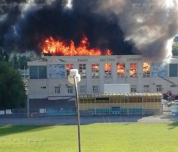 В Волжском произошел крупный пожар на легендарном стадионе