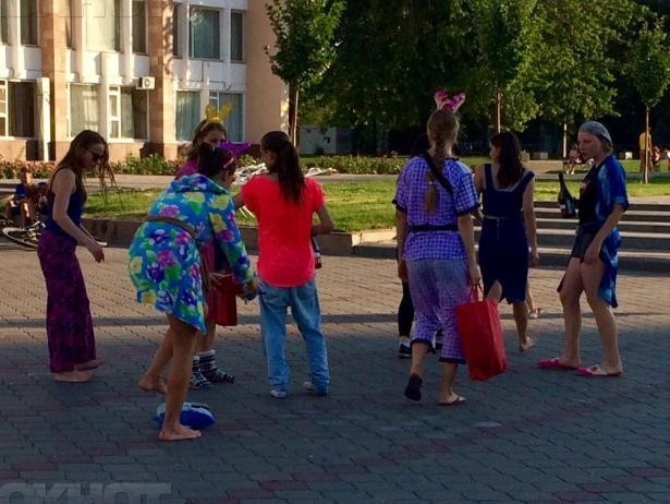 Подвыпившие девушки утверждали новый «дресс-код» на улицах города - гуляли в халатах и пижамах