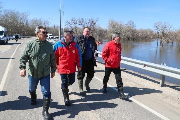 Журналисты заинтересовались, почему волгоградский губернатор и вице-губернатор надели одинаковые резиновые сапоги