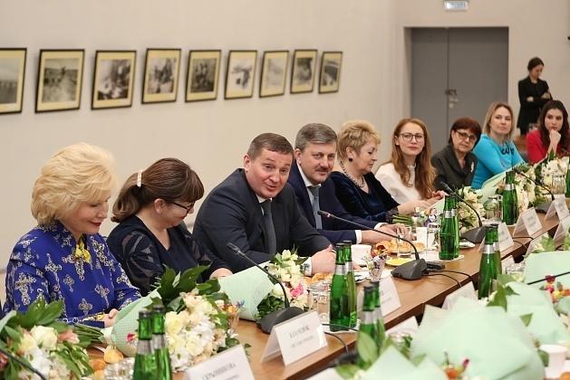 На встрече губернатора Андрея Бочарова с активистками женсоветов новая школа в Камышине прозвучала как объект, обязательный к сдаче в плановые сроки