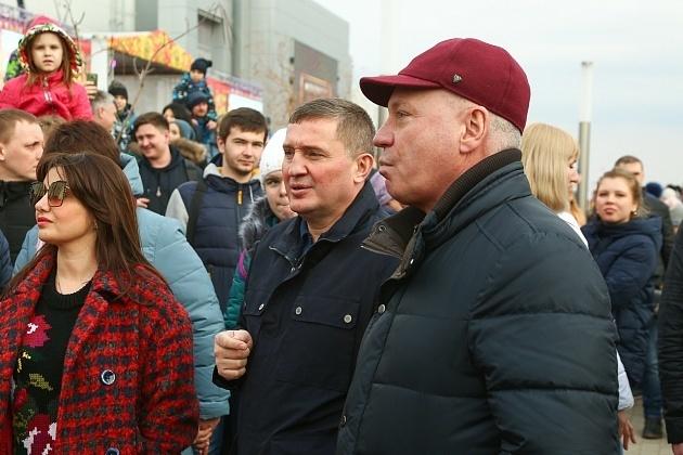 Губернатор Волгоградской области смотрел, как сжигают чучело, с женой, а глава Камышина  пек на Масленицу в парке блины один