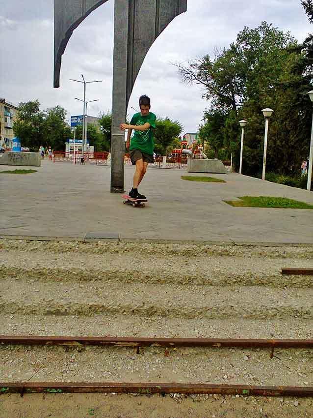 В Камышине юные скейтеры катаются на площадке памятной стелы, потому что другого подходящего места нет
