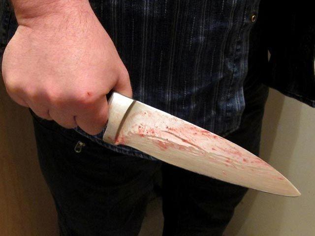 Отец ударил сына ножом в сердце - молодой мужчина упал замертво