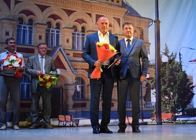 На торжественном собрании в честь Дня города фотозоной стал задник сцены с изображением музея и с главой Камышина Станиславом Зинченко