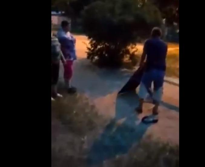 В Камышине на видео попала агрессивная война пенсионерок против дворовых скамеек
