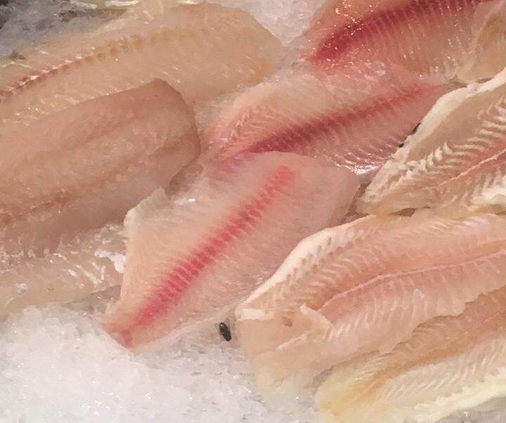 Покупатели камышинского гипермаркета выложили в соцсетях фото рыбной витрины магазина с огромной мухой