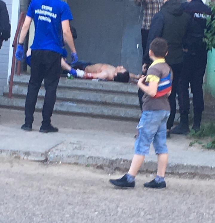 В Камышине в соцсетях горожане выложили снимок истекающего кровью мужчины и утверждают, что его ударили ножом