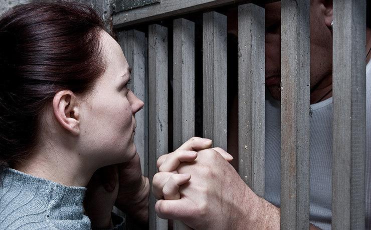 Смелая девушка, влюбленная в арестованного, пыталась купить с ним свидание у начальника СИЗО за 15 тысяч рублей