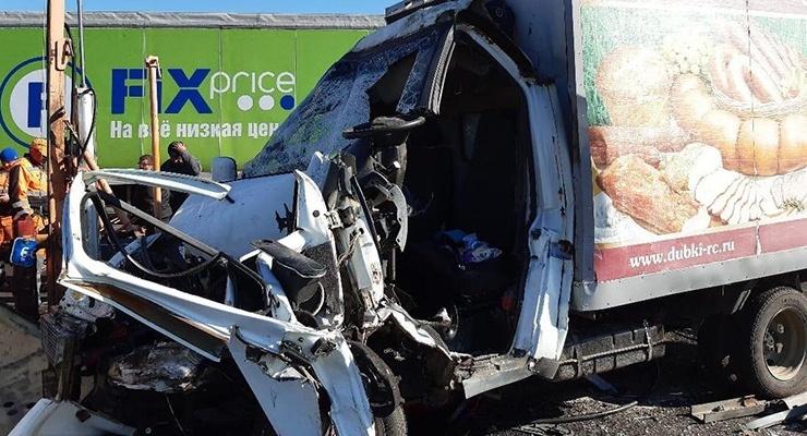 На московской трассе водитель-экспедитор врезался на «Газели» в машину дорожников и скончался на месте