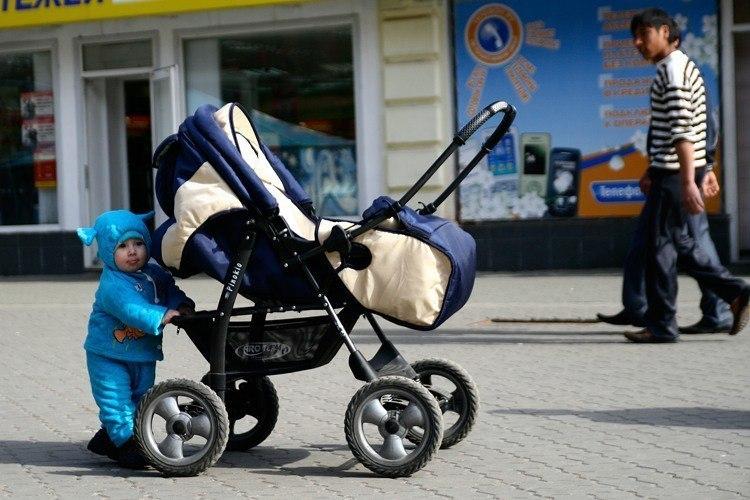 В Камышине в соцсетях бурю эмоций вызвала манера молодых горожанок бросать малышей с колясками на улице и уходить в магазин