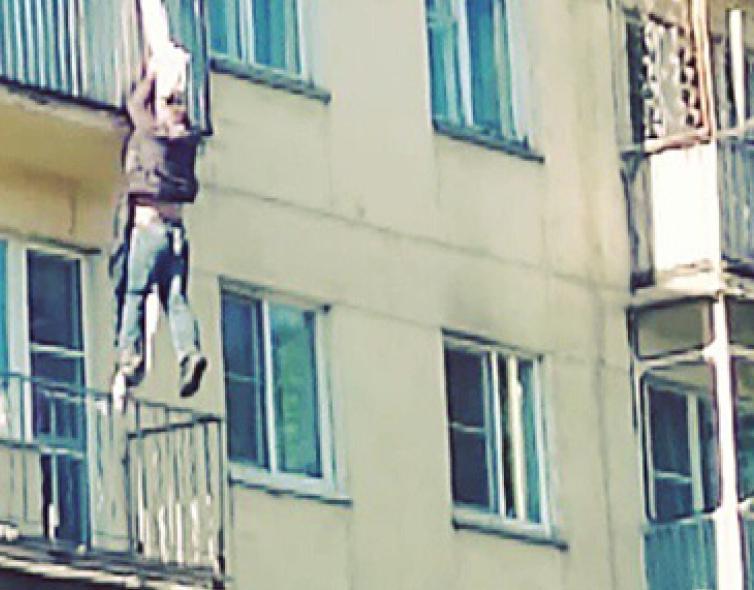 Молодой камышанин после скандала с женой вышел на балкон, стал спускаться, сорвался вниз и от ран скончался в больнице