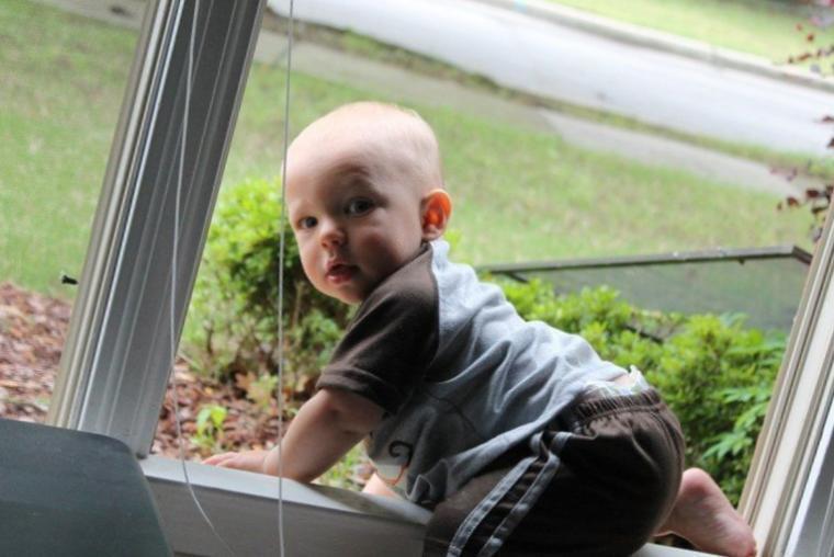 Трехлетний малыш выпал из окна и ударился о блок сплит-системы
