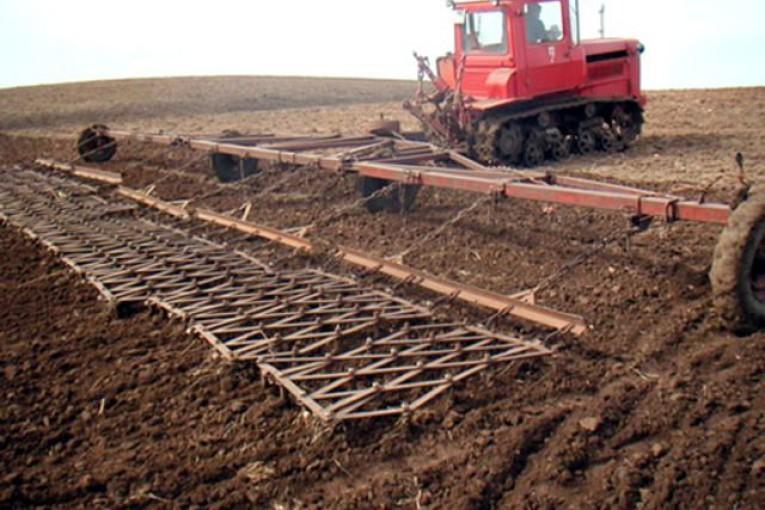 В Камышинском районе рассчитывают забороновать 18 тысяч гектаров, первая тысяча уже пошла в зачет