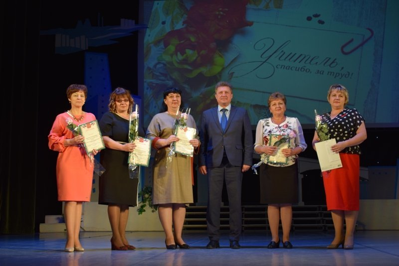 Станислав Зинченко вручил премии по 25 тысяч рублей пяти камышинским учительницам и воспитательницам