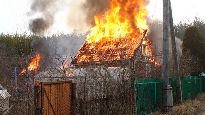 В Камышине из-за неисправности дымоходов сгорел дачный дом