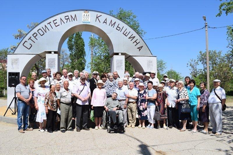 В Камышине у арки парка Строителей собрались ветераны отрасли отметить 66-летие некогда могущественного треста