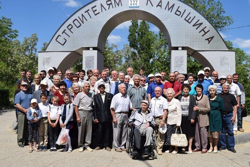 Камышинские строители-ветераны держатся, и на встречах под символической аркой все еще многолюдно