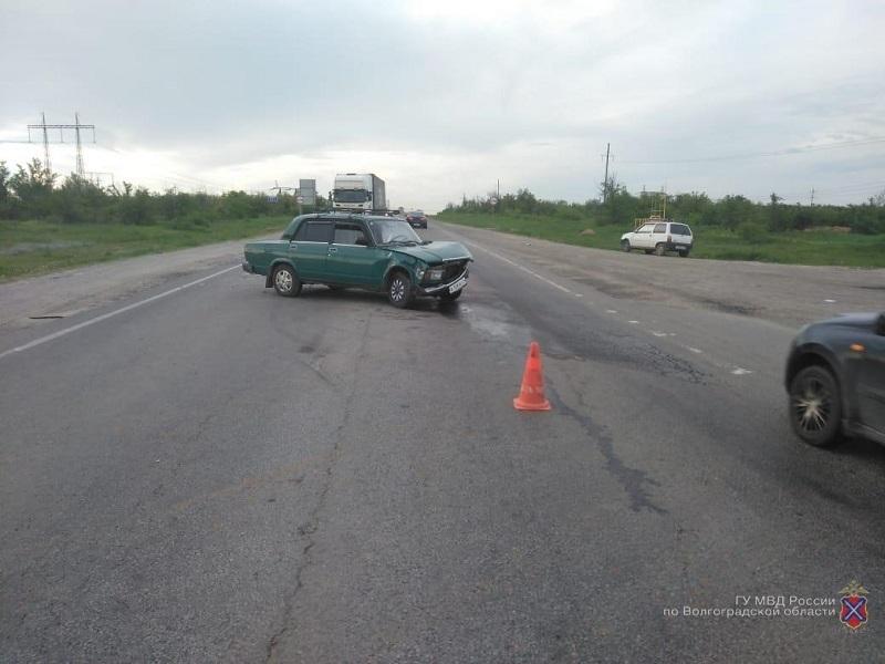 На трассе Камышин - Волгоград 78-летний водитель «заупрямился», не пропустил молодого коллегу и вместе со своей пассажиркой попал в больницу