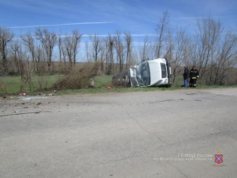 Водитель чудом выжил, улетев на перевернувшемся автомобиле в кювет