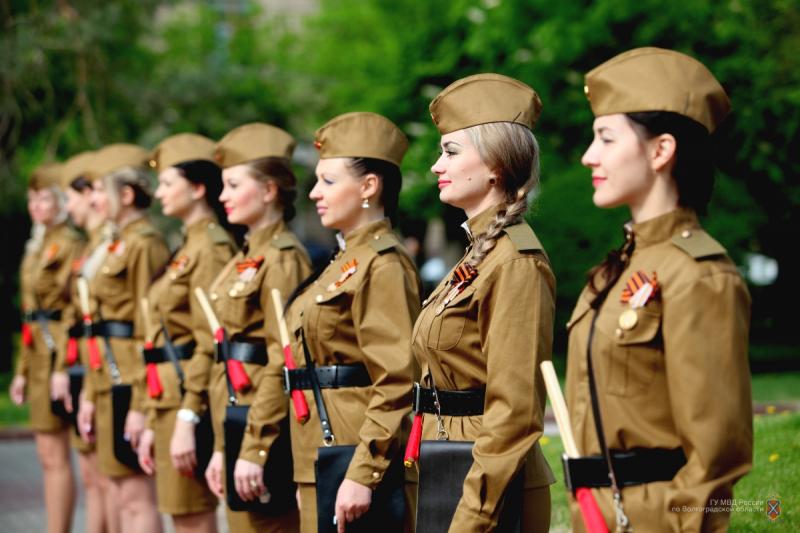 Сегодня на улицах Волгограда дежурит взвод девушек-регулировщиц в форме военных лет