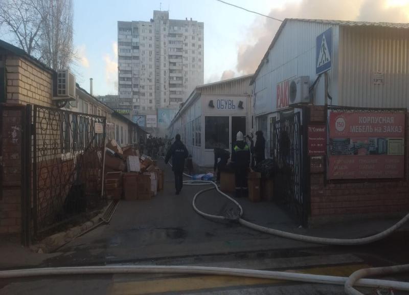 Торговый ряд полыхает на рынке «Олимпия» в Волгограде: пожарные ломают крыши (ВИДЕО), - «Блокнот Волгограда»