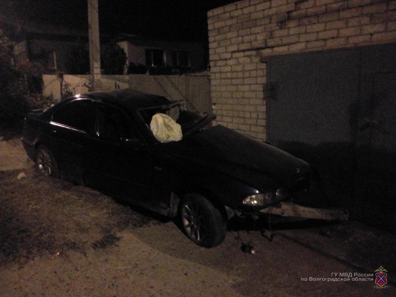 В Камышине сегодня ночью на улице  Стахановской БМВ влетела в гараж, водитель в больнице