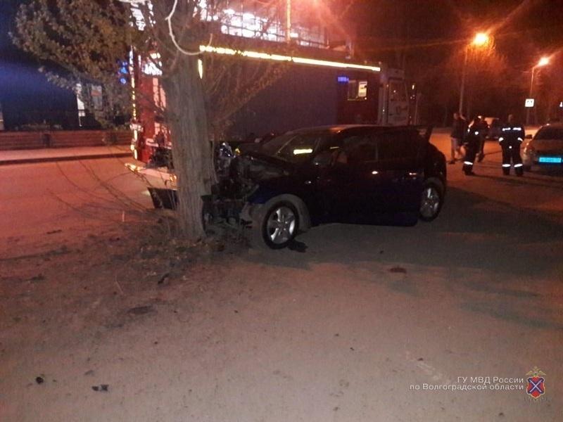 Молодой человек за рулем иномарки врезался в центре города в дерево и скончался на месте