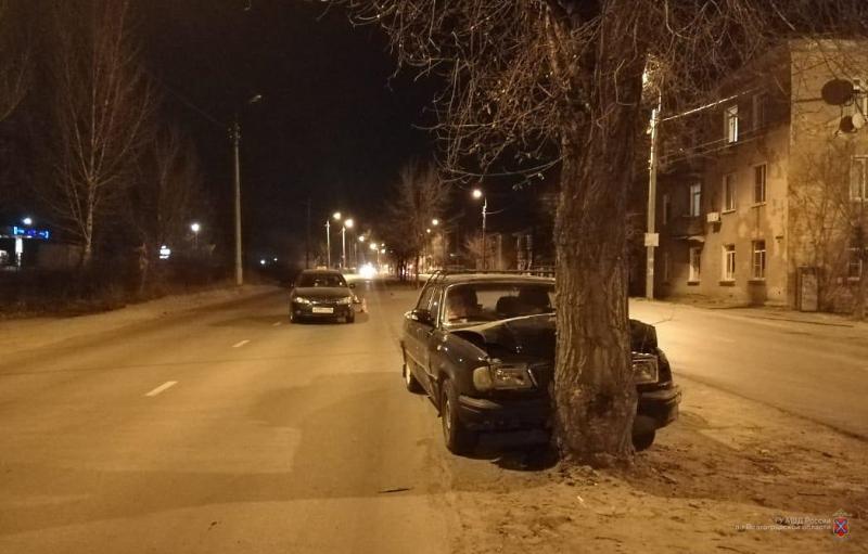 В Камышине на улице Текстильной таксист «толкнул» «Волгу» в дерево