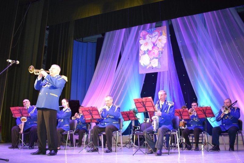 Женская половина зала в ДК «Текстильщик» на праздничном концерте влюбилась в оркестрантов