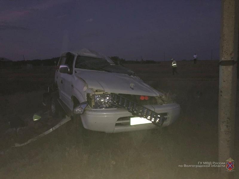 Перед полночью водитель не удержал на дороге свой «Ленд Крузер» и скончался на месте от удара