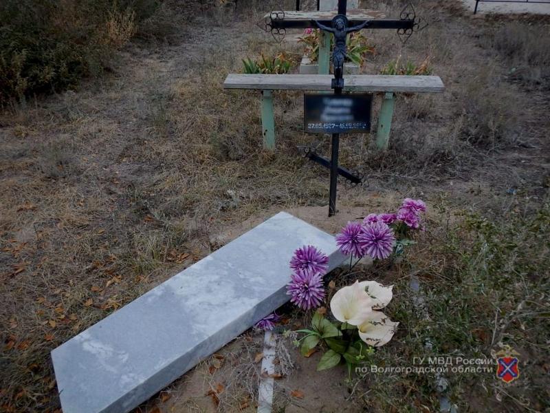 В Волгоградской области чтобы купить алкоголь мужчина  разорял надгробия