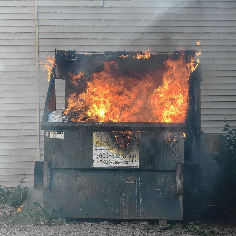 В Камышине на улице Некрасова кто-то сжег еще сразу два мусорных евроконтейнера