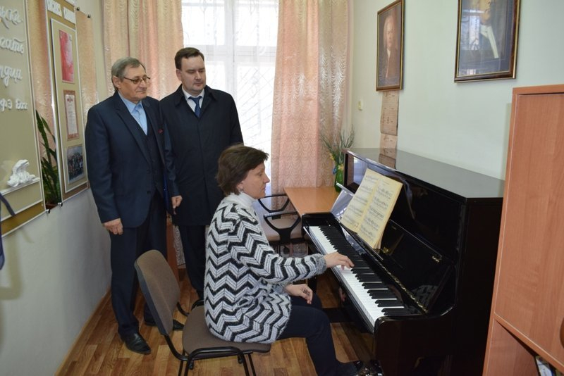 В Камышине председатель областного комитета по культуре Владимир Попков проверил, насколько хорошо «устроилось»  новое фортепьяно за полмиллиона