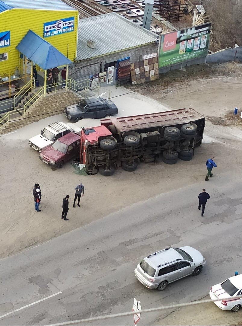 В Камышине в районе 11 квартала перевернулась фура с песком