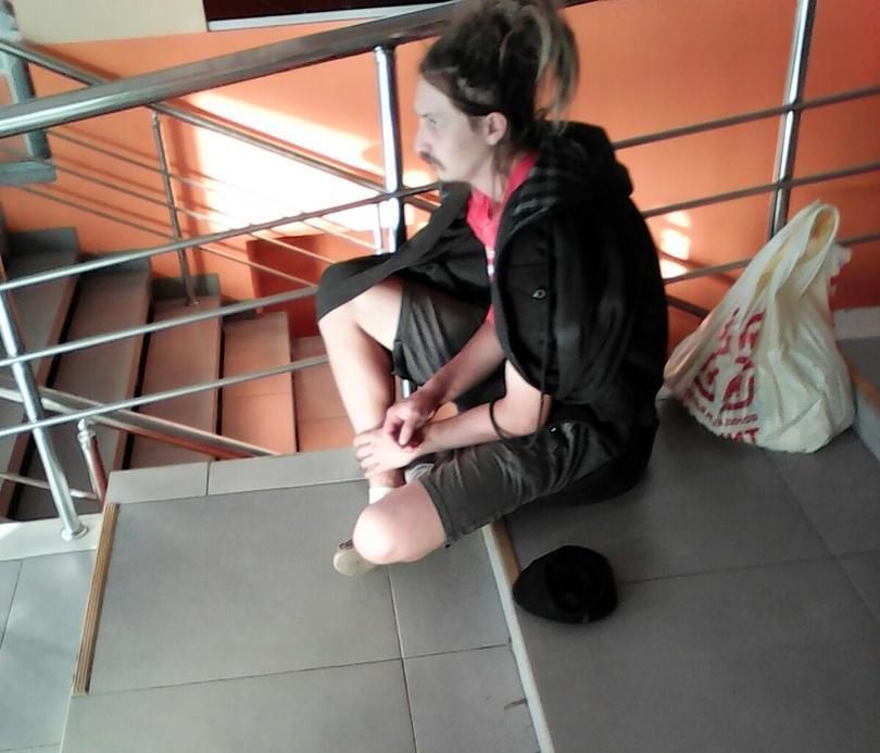 Камышане обсуждают в соцсетях молодого нищего, сидящего на ступеньках торгового центра